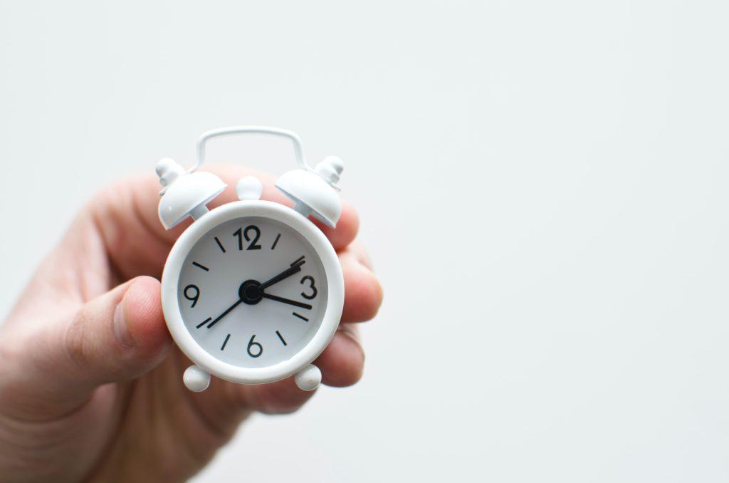 テックアカデミーのデメリット②:質問できる時間が15時〜23時と限られてる